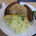 Pfälzer Bratwurst und Puree mit Sauerkraut