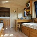Espace intérieur roulotte alcove grand lit et 2 lits séparés