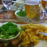 """Frites, brochette de merguez et bière """"la Goudale"""""""