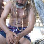Siki en train de raper une noix de coco