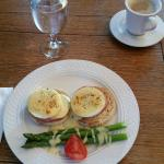 Eggs Benedict with Asparagus and Hollandaise Sauce