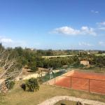 Tennisplatz und Spielplatz