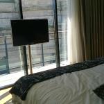Televisor a los pies de la cama. Suite 701