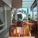 Terraza al frente del Restaurant sobre la calle que va a la Ria