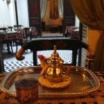 bebiendo té de menta en el salón