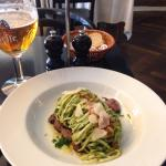 Frokost : Dagens pasta. frisk pasta med persillepesto på bund af kalv. Lækkert!!
