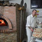 Lorenzo il pizzaiolo a lavoro...