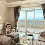 Living room in a suite with sea view