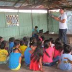Realizando educación ambiental con niños en comunidades del Río Tahuayo / Making environmental e