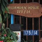 Табличка у входа в Pissamorn Hause