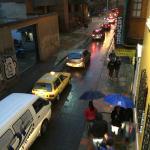 Verkehr am Abend unter dem Erker