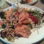 Salade met gerookte zalm en grijze garnalen.
