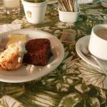 Café da manhã - bolo de coco, bolo de chocolate (caseiros) e café com leite
