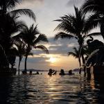 プールからも美しい夕日が眺められます