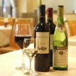ホテル内レストラン(ニレーヌは美味しいワインを取り揃えております。)