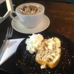 Christmas special: apple & cinnamon cake washed down with a cookie crunch mocha