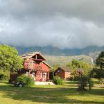 Cabañas y la vista de las sierras.