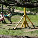 Juegos para niños al lado de la pileta.