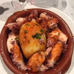 Delicioso prato de polvo com Batata e páprica banhado ao Azeite, acompanhado de um belo vinho da
