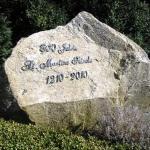 Der Stein zeigt 800 Jahre an.