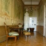 A falakat korabeli festmények díszítik