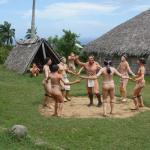 Indianen beelden en hutten op het buitenterrein