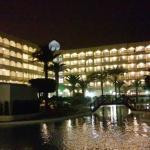 Vista nocturna del hotel y piscina