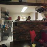 la cuisine ouverte sur la salle