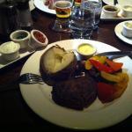 Carne con patata arrosto, peperoni e salsine