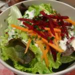 salade accompagnat les brochettes en plus des frites