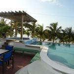 Pérgola en la piscina del Hotel Cesar Mariscos Playa sobre el Jacuzzi