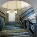 Una de las escaleras que suben al piso superior.