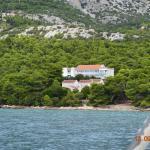 widok hotelu ze statku Orebić- Korcula