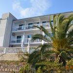 Widok hotelu ze ścieżki na plaże