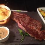 Côte de bœuf 450g, gratin de pommes de terre, petits légumes croquants et sauce au champignon