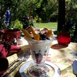 Gold Mountain Manor B&B: breakfast in the garden