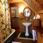 Gold Mountain Manor B&B: Clark Gable bathroom