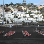 Chaises longues et vides sur le sable noir de San Agustin