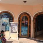 Cuenta con todos los servicios y hay una agencia de viajes donde les dan información turística