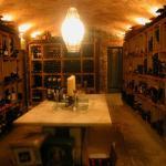 Aqui descansan nuestros vinos climatizadamente, mesa de catas