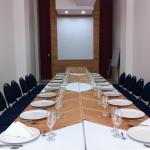 Salón Rio Sinú. Capacidad instalada, así: Teatro 40 pax, Aula 30 pax y en U 30pax, con un área d