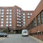 Hotel vom Parkplatz aus gesehen