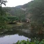 De cottages liggen om een grote vijver heen en vlakbij de rivier.