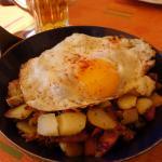 平底鍋料理,馬鈴薯與肉,上面一顆荷包蛋,平凡卻美味.
