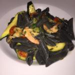 schwarze Penne mit Zucchini und Gambas