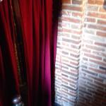 左手の階段を降りたところにこのようなカーテンがありその奥に入り口
