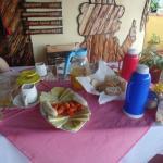 Desayuno para dos personas: Termo de café,  termo de leche, té, jugo natural, huevos,etc