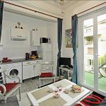 Ap1B En suite, living room with open plan kitchen full equiped