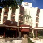 Fachada del hotel y alrededores