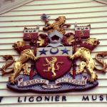 Escudo en la fachada (foto antigua).
